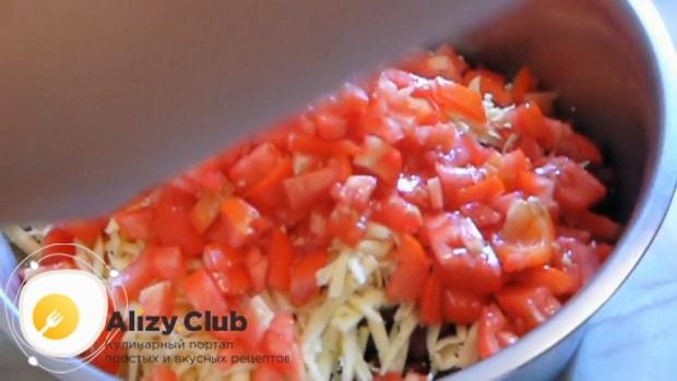 Для приготовления салата с крабовыми палочками, фасолью и яйцами. нарежьте все ингредиенты