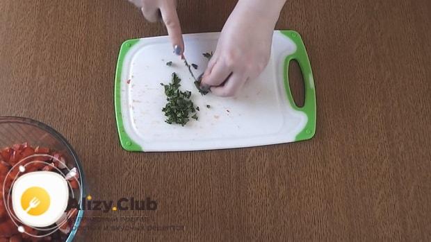 Для приготовления салата с фасолью и крабовыми палочками нарежьте зелень
