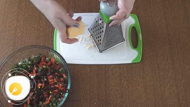 Для приготовления салата с фасолью и крабовыми палочками натрите сыр