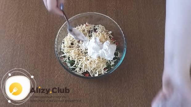 Для приготовления салата с фасолью и крабовыми палочками добавьте сметану