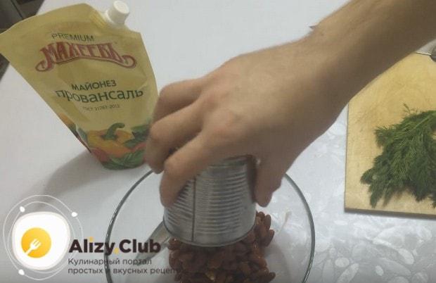Возьмите на заметку простой рецепт салата с кириешкамии фасолью.