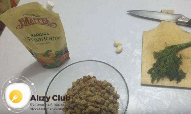 Этот салат готовим по рецепту с красной фасолью и сухариками.