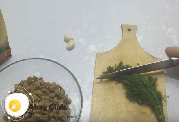 В рецепте этого салата с консервированной фасолью и сухариками используем также свежий укроп.