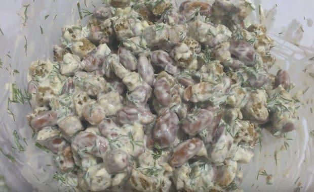 Пошаговый рецепт приготовления салата с фасолью и сухариками