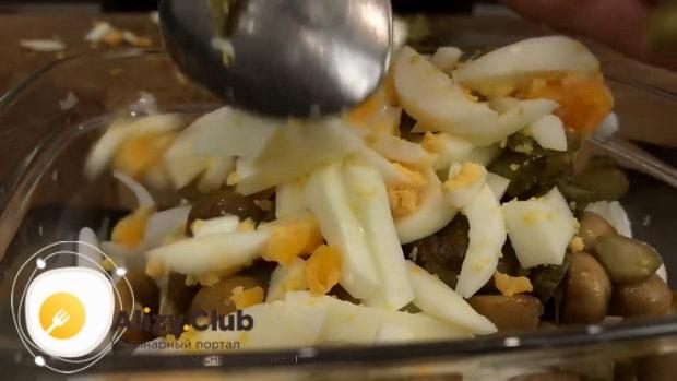 Для приготовления самого вкусного салата с кальмаров. смешайте ингредиенты