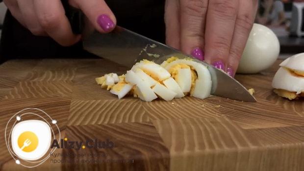 Готовим салат из консервированных кальмаров