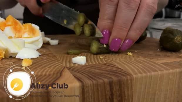 Для приготовления самого вкусного салата с кальмаров. нарежьте огурцы
