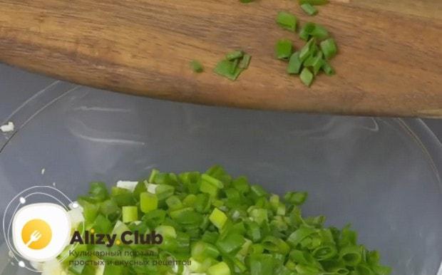Выкладываем в салатник яйца и лук.