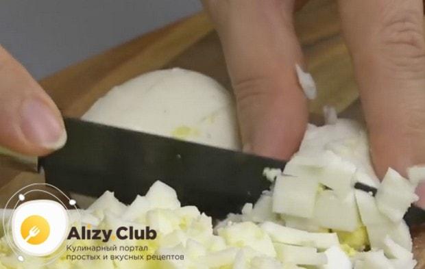 Для этого рецепта нарезаем отваренные яйца.