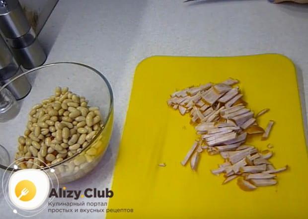 Нарезаем тонкой соломкой копченую кобасу, хотя такой салат можно приготовить и с курицей и консервированной фасолью.