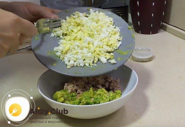 Разминаем яйцо вилкой и добавляем в салат.
