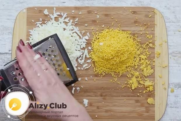 Дл этого блюда яйца разделяем на белки и желтки и по отдельности натираем их на терке.