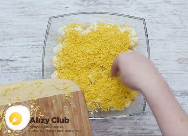 Последним слоем классического салата с консервированным тунцом делаем яичные желтки.