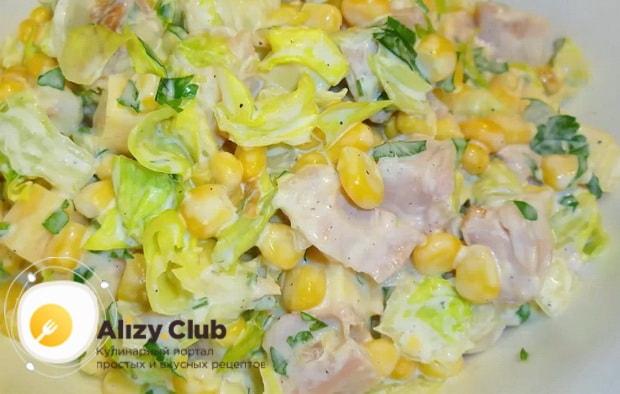 Вкусный салат с копченым окорочком готов