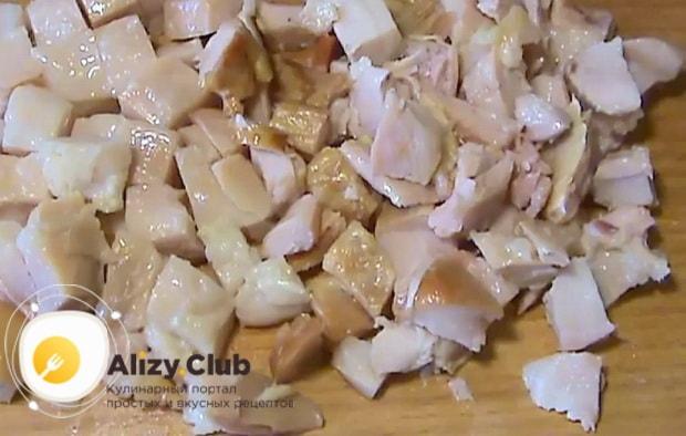 Готовим салат с копченым окорочком и грибами