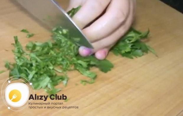 Нарежьте зелень для приготовлшения салата с копченым окорочком и ананасом