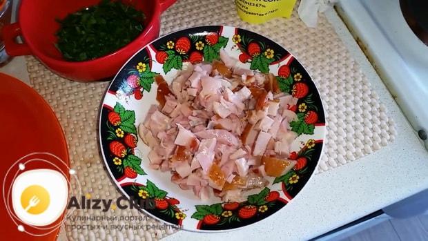 Для приготовления салата с копченым окорочком нарежьте мясо
