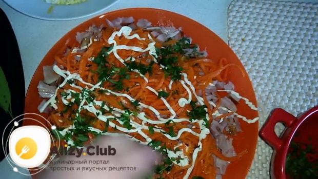 Для приготовления салата с копченым окорочком добавьте зелень