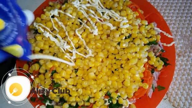 Для приготовления салата с копченым окорочком добавьте кукурузу