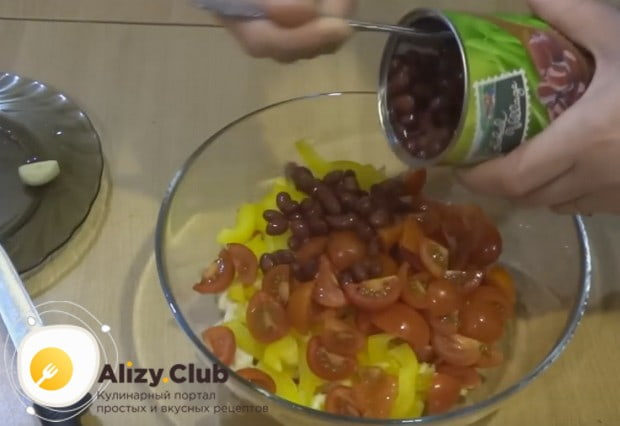 Выкладываем к нарезанным ингредиентам консервированную красную фасоль.