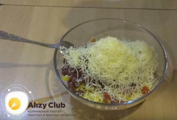 На мелкой терке натираем в салат чеснок и твердый сыр.