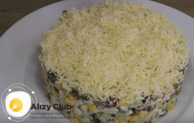 Вот так красиво можно оформить салат с красной фасолью и курицей.