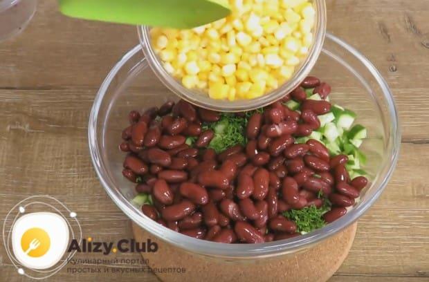 Добавляем к измельченным компонентам фасоль и кукурузу.