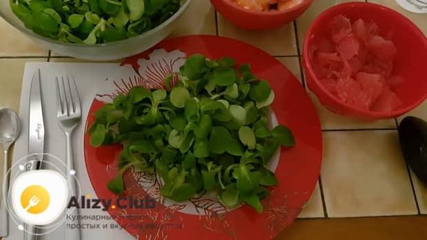 Готовим салат с креветками и авокадо и огурцом