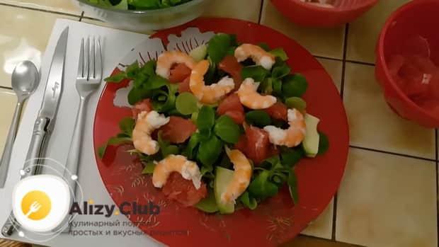 Готовим салат с авокадо и креветками и сыром