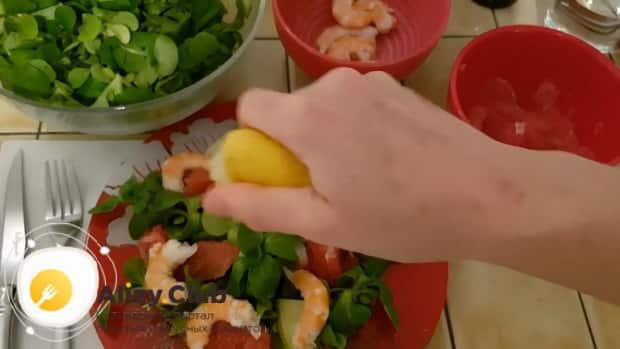 Заправьте вкусный салат с авокадо и креветками лимоном