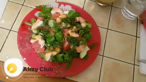 Салат с креветками и авокадо готов