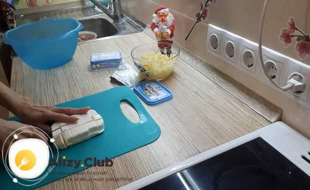 Для приготовления салата с креветками крабовыми палочками и ананасом нарежьте сыр
