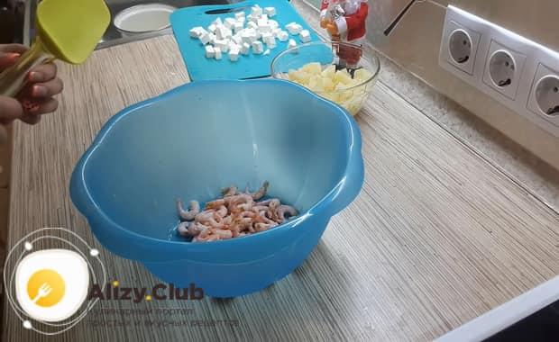 Для приготовления салата с креветками крабовыми палочками и ананасом очистите морепродукты