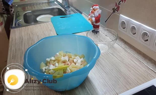 Для приготовления салата с креветками крабовыми палочками и ананасом смешайте ингредиенты