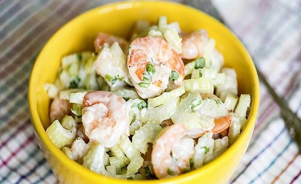 Вкусный салат с креветками крабовыми палочками и ананасом готов