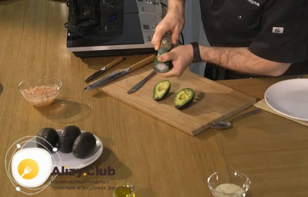 Для приготовления салата с авокадо и креветками и помидорами подготовьте специи