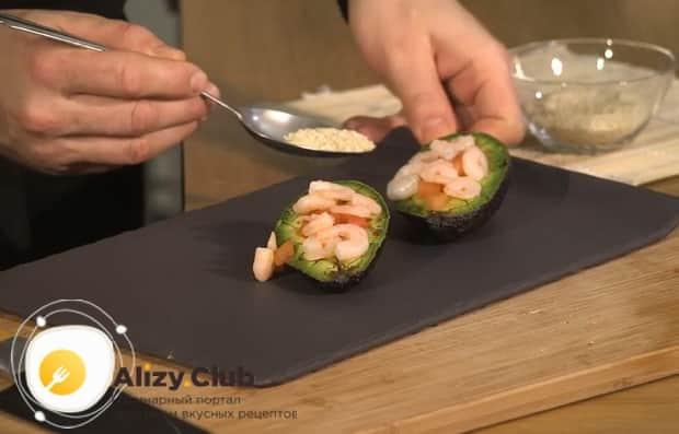 Для приготовления салата с авокадо и креветками и помидорами выложите ингредиенты