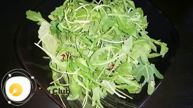 Для приготовления салата с креветками и авокадо и рукколой выложите зелень