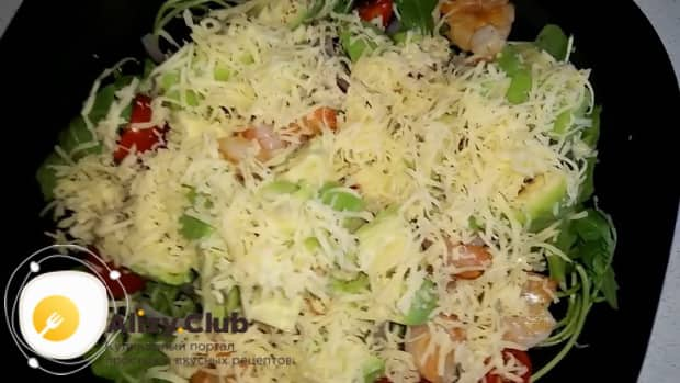 Для приготовления салата с креветками и авокадо и рукколой посыпьте сыром