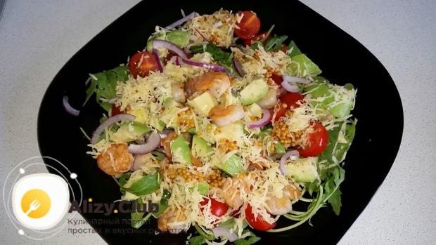 Для приготовления салата с креветками и авокадо и рукколой смешайте ингредиенты