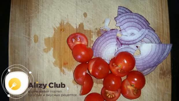 Для приготовления салата с креветками и авокадо и рукколой нарежьте помидоры