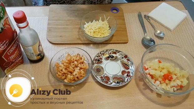 Для приготовления салата с креветками и ананасом и сыром подготовьте компоненты