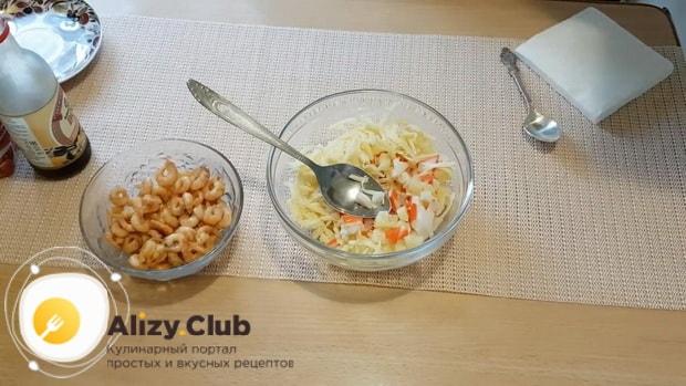 Для приготовления салата с креветками и ананасом и сыром смешайте ингредиенты