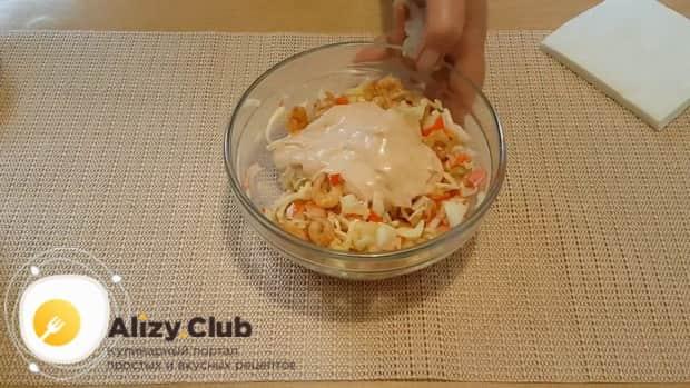 Для приготовления салата с креветками и ананасом и сыром приготовьте соус