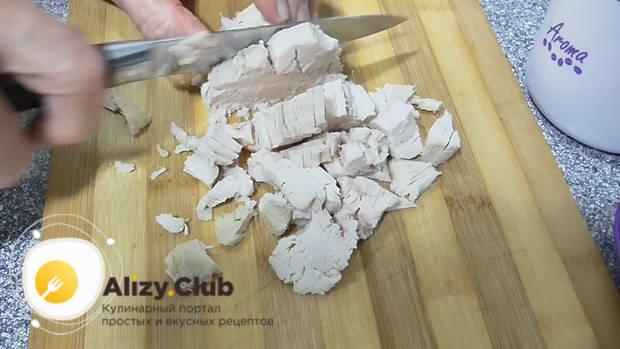 берем остывшую курятину и нарезаем средними кусочками