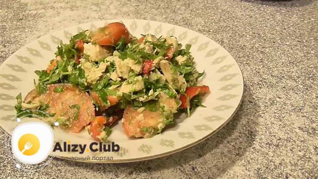 Кладем в миску курицу, овощи и зелень
