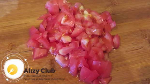 Нарезаю кубиками по 2 огурца и помидора