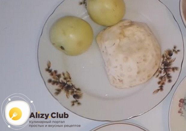 Приготовим салат с сельдереем и ананасом и яблоком.
