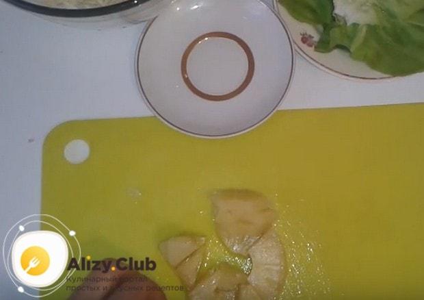 Небольшими кусочками режем ананас.