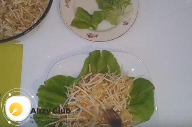 выкладываем на листья салат.